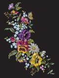 Het borduurwerk rekte bloemenpatroon met pansies, kamilles uit en Royalty-vrije Stock Afbeelding