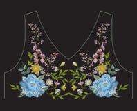 Het borduurwerk vereenvoudigde het etnische bloemenpatroon van de halslijn met blauw Stock Foto's