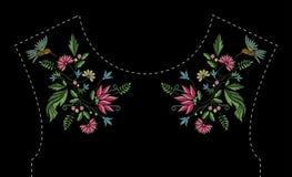 Het borduurwerkontwerp van de satijnsteek met bloemen en vogels Volkslijn bloemen in patroon voor kledingshalslijn etnisch Royalty-vrije Stock Afbeelding
