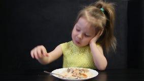 Het Bored kind eten stock video