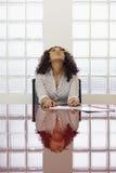 Het Bored vrouw spelen met potlood op het werk royalty-vrije stock afbeeldingen