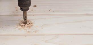 Het boren in hout stock foto