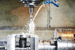 Het boren proces van metaal op werktuigmachine stock afbeelding