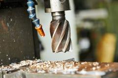 Het boren proces van metaal op werktuigmachine Stock Foto
