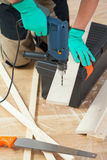 Het boren van een gat in de houten plank Stock Afbeelding