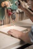 Het boren van een gat in hout Stock Foto