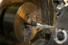 Het boren van een gat in spatie op het draaien machine stock afbeeldingen