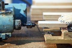 Het boren van een triplex bij houten fabriek Stock Foto