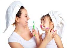 Het borstelen van de moeder en van de dochter tanden Royalty-vrije Stock Fotografie