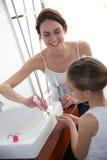 Het borstelen van de moeder en van de dochter tanden royalty-vrije stock afbeeldingen