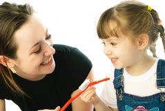 Het borstelen van de moeder en van de dochter tanden Stock Foto's