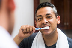 Het borstelen van de tanden royalty-vrije stock afbeelding