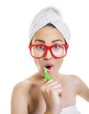 Het borstelen van de vrouw tanden royalty-vrije stock fotografie