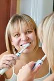 Het borstelen van de vrouw tanden Royalty-vrije Stock Afbeelding