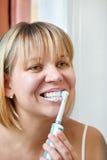 Het borstelen van de vrouw tanden Stock Foto's