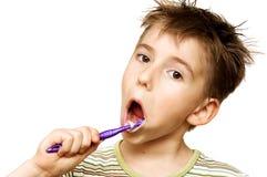 Het borstelen van het kind tanden royalty-vrije stock afbeeldingen