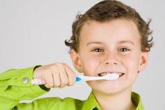 Het borstelen van het kind tanden stock foto's