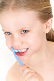 Het borstelen van het kind tanden met tandpasta - glimlachend meisje Stock Afbeelding