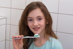 Het borstelen van het meisje tanden stock foto