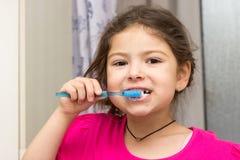 Het borstelen van het meisje tanden Stock Afbeeldingen