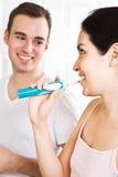 Het borstelen van het paar tanden in de badkamers Stock Fotografie