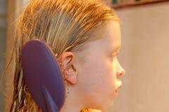 Het borstelen van mijn haar Stock Fotografie