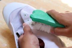 Het borstelen van schoenen met hand Stock Afbeeldingen