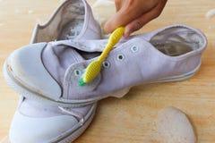 Het borstelen van schoenen met hand Stock Foto
