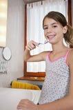 Het borstelen van tanden in badkamers Royalty-vrije Stock Foto's