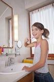 Het borstelen van tanden in badkamers Royalty-vrije Stock Afbeelding