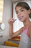 Het borstelen van tanden in badkamers Stock Fotografie