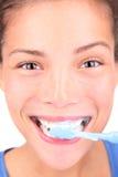Het borstelen van tanden met tandenborstel Royalty-vrije Stock Afbeeldingen