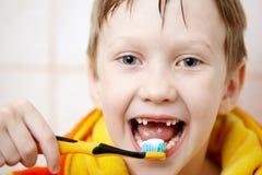 Het borstelen van uw tanden Stock Afbeelding