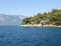 Het bos behandelde rotsachtig eiland in het Egeïsche overzees royalty-vrije stock fotografie
