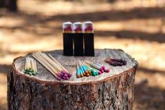 In het bos op de stomp zijn gevestigde dozen met de jacht matche royalty-vrije stock afbeelding