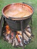 Het boter koken van de appel in een open ketel Stock Fotografie