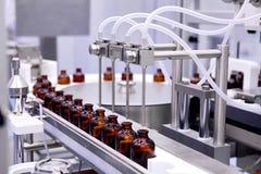 Het bottelen en verpakking van steriele medische producten Machine na bevestiging van steriele vloeistoffen Vervaardiging van gen Royalty-vrije Stock Foto's