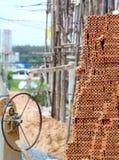 Het bouwgebied met bakstenen schuurt rotsen en hout Stock Afbeeldingen