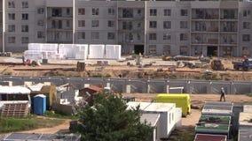 Het bouwwerfwerk Arbeiders en kranen stock footage