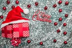 Het bovenleer, bovenkant, mening van hierboven van, altijdgroen rood speelgoed, Kerstmis stelt en Kerstmanhoed op grijze marmeren stock afbeeldingen