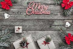 Het bovenleer, bovenkant, mening van hierboven van witte de winterbeeldjes, altijdgroene tak, rode bogen, stelt en Vrolijke Kerst Stock Afbeelding