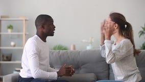 Het boze emotionele gekke jonge gemengde het behoren tot een bepaald raspaar debatteert thuis stock video