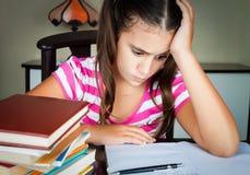 Het boze en vermoeide schoolmeisje bestuderen Stock Fotografie