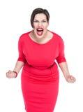 Het boze gillen mooi plus geïsoleerde groottevrouw in rode kleding Stock Foto
