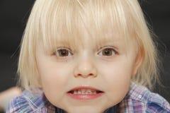 Het boze jonge gezicht van het babymeisje royalty-vrije stock fotografie