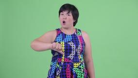 Het boze jonge te zware Aziatische vrouw geven beduimelt neer stock footage