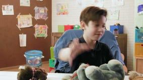 Het boze jongen maken om in zijn ruimte te knoeien die gevuld speelgoed werpen, toont zijn woede stock videobeelden