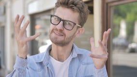 Het boze Toevallige Jonge Mens Openlucht Schreeuwen stock footage