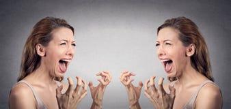 Het boze vrouw hysterische gillen boos weg bij zich stock fotografie