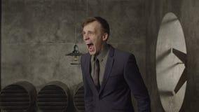 Het boze zakenman gillen luid in wanhoop stock videobeelden